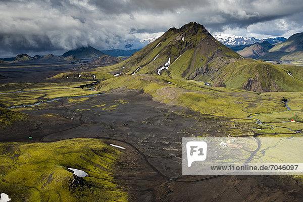 Luftaufnahme  mit Moos bewachsener Berg Bratth·ls  Wanderhütte Hvanngil  Hochland  Island  Europa