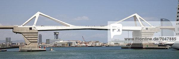 Brücke im Hafen Port Vell  Barcelona  Katalonien  Spanien  Europa
