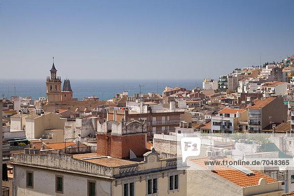 Ausblick auf den Ort mit Kirche EsglÈsia de Santa Maria  Arenys de Mar  Comarca Maresme  Costa del Maresme  Katalonien  Spanien  Europa  ÖffentlicherGrund
