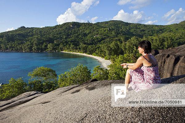 Frau blickt über die Anse Takamaka  Mahe  Seychellen  Afrika  Indischer Ozean