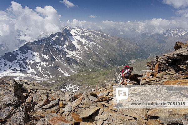 Wandererin beim Aufstieg zur Hohen Wilden  hinten das Pfossental  Pfossental  Schnalstal  Südtirol  Italien  Europa