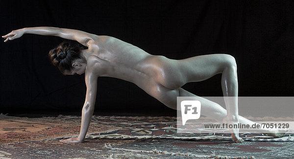 Junge Frau seitlich aufgestützt  nackt  Yoga-Pose