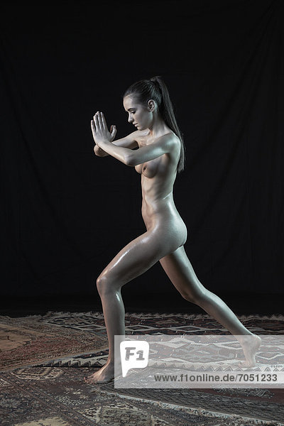 Junge Frau stehend  nackt  Yoga-Pose