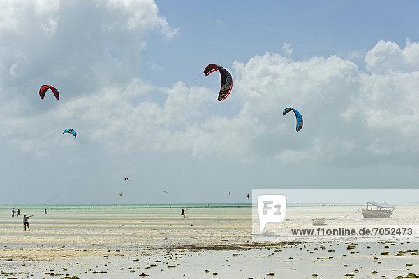 Kite-Surfer in Paje  Ostküste von Sansibar  Tansania  Afrika