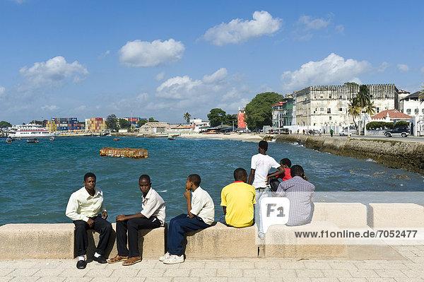 sitzend Mann Ufer jung Afrika Tansania Sansibar