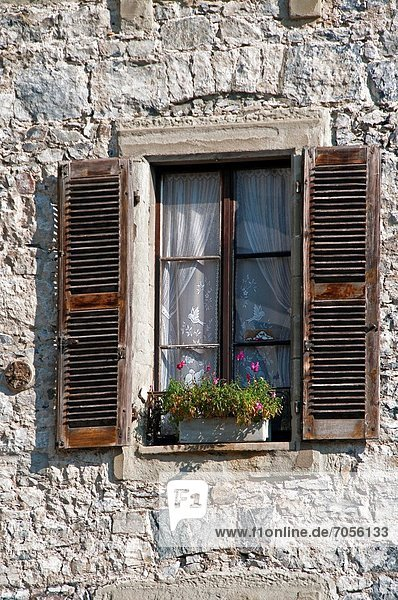 Steinmauer Fenster offen 1 Altstadt Genf Schweiz