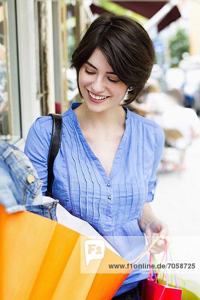 Frau beim Einkaufen auf der Stadtstraße