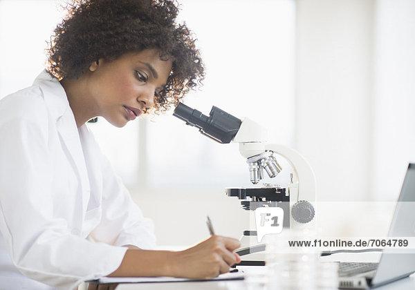 benutzen  Frau  Labor  Mikroskop