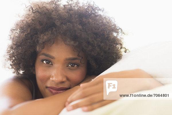 Portrait einer Frau auf Bett liegend