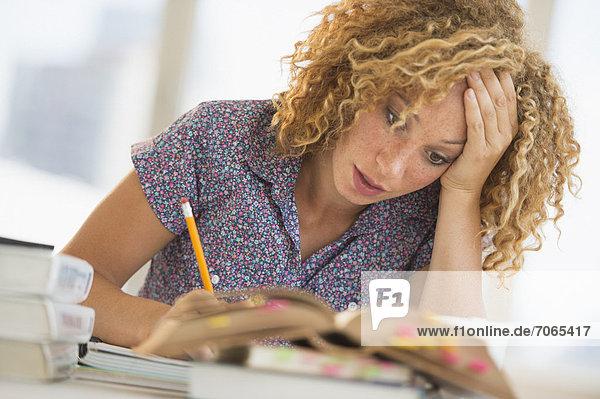 Junge Frau Studium in Bibliothek