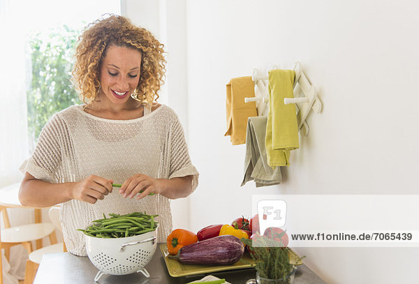 Junge Frau Essen in Küche zubereiten