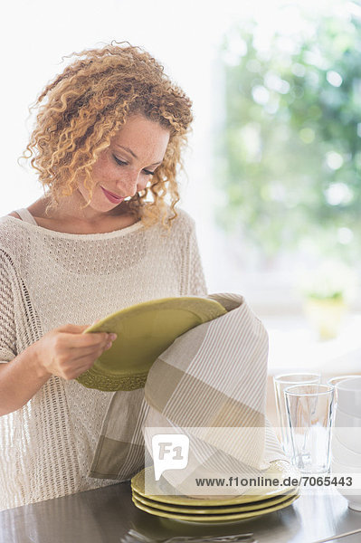 junge Frau junge Frauen trocknen Küche Teller