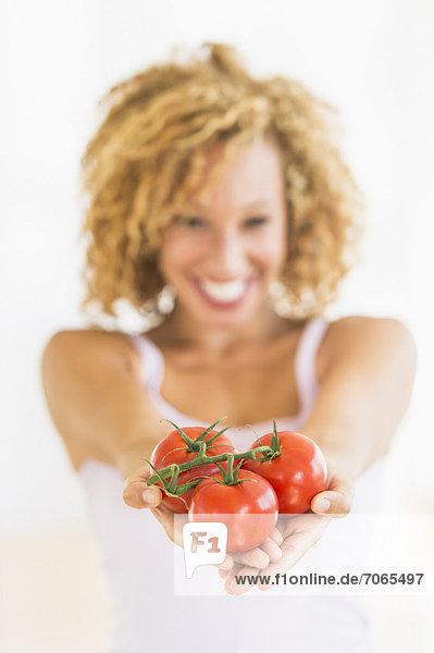 Portrait  Frau  halten  Tomate  jung