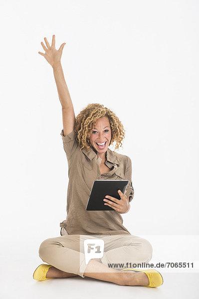 Studioaufnahme  benutzen  Portrait  Frau  Fröhlichkeit  jung  Tablet PC