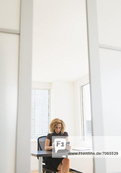 Geschäftsfrau arbeitet am Schreibtisch im Büro