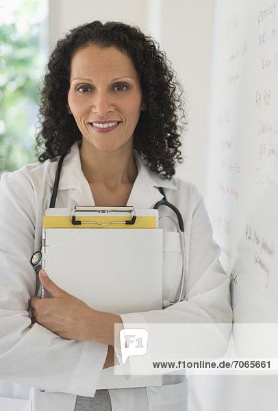 stehend  Portrait  Arzt  Büro