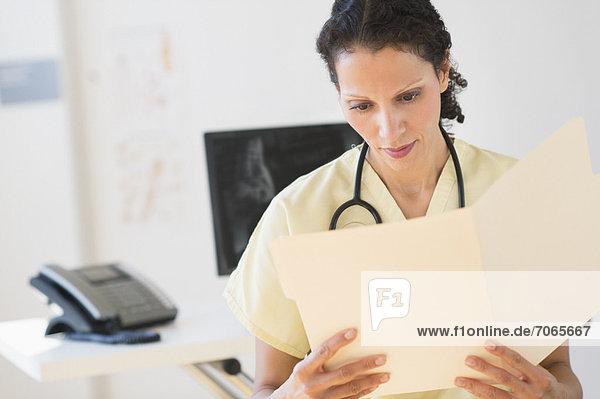 Portrait  Arzt  Dokument  vorlesen