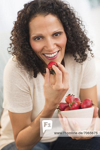 Portrait einer Frau eating Erdbeeren