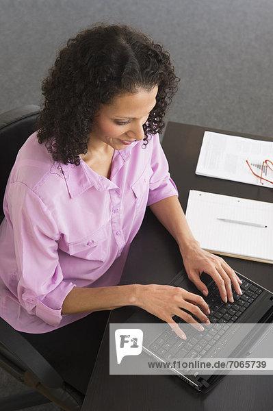 Weiblich working in office