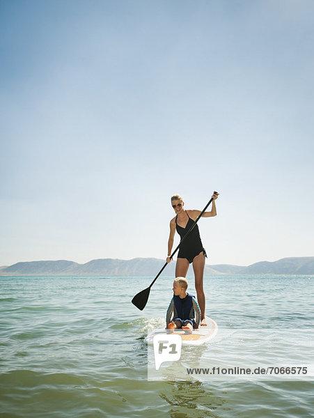 Frau  jung  Tochter  5-6 Jahre  5 bis 6 Jahre  Surfboard