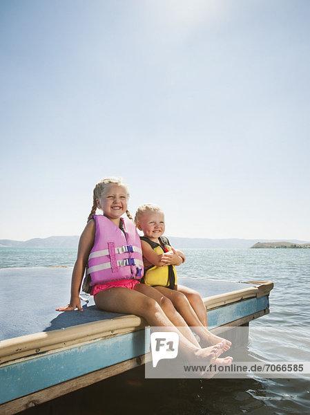 sitzend  Lifestyle  Ecke  Ecken  Jacke  5-6 Jahre  5 bis 6 Jahre  Floß