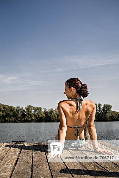 Junge Frau am Seeufer