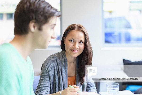 Junge Studentin sucht Freundin in der Uni-Kantine