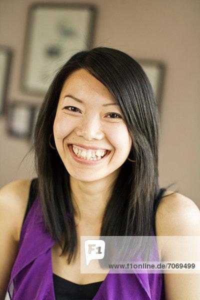 Porträt einer fröhlichen mittleren erwachsenen Frau