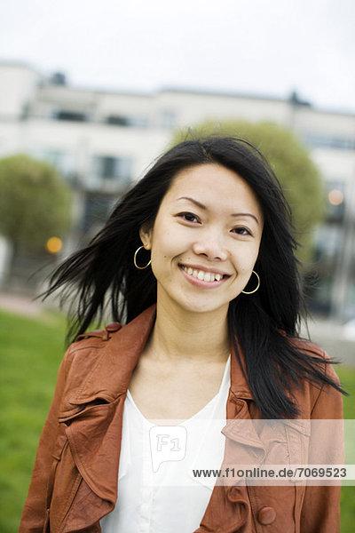 Porträt einer lächelnden mittleren erwachsenen Frau