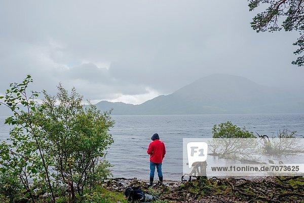 Mann  Regen  angeln  Kerry County  Killarney Nationalpark  Irland