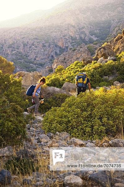 Paar wandert in Berglandschaft  Kreta  Griechenland