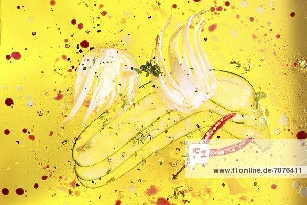 In Olivenöl liegende Fenchel-  Zucchini- und Chilischeiben