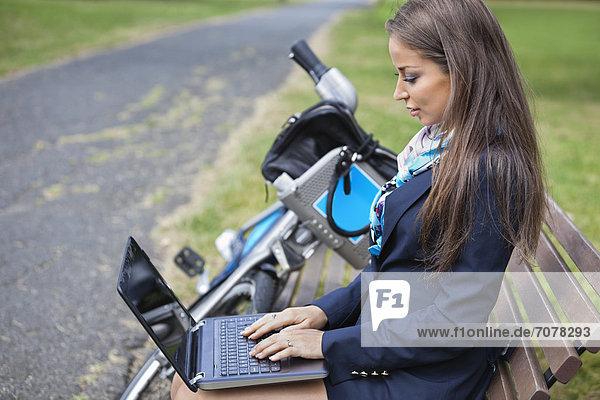 sitzend  benutzen  Geschäftsfrau  Notebook  Sitzbank  Bank  jung