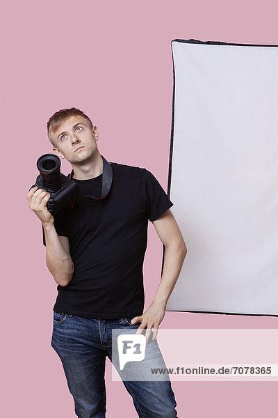 Langeweile  über  halten  Hintergrund  pink  Fotoapparat  Kamera  Fotograf  jung