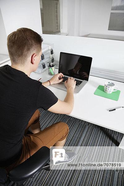 Mann  Notebook  arbeiten  Büro  jung