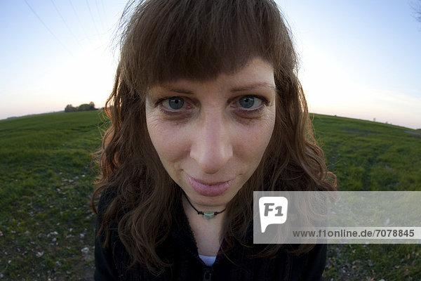 Ein schielende Frau  verzerrtes Portrait