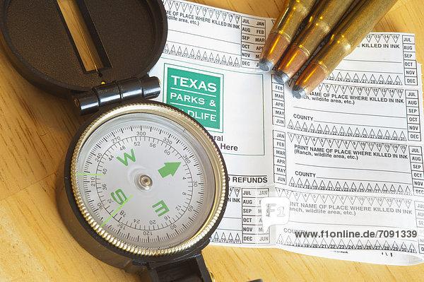 USA  Texas  Jagdschein mit Kompass und Kugeln auf dem Tisch