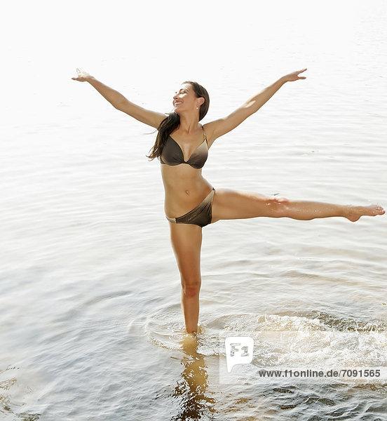 Junge Frau im See stehend