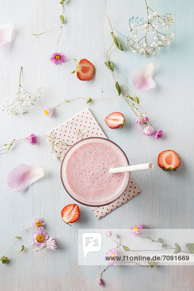 Glas Erdbeer-Smoothie mit Kornblumenblüte