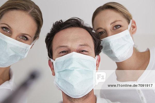 Deutschland  Zahnarzt mit chirurgischer Maske  Portrait