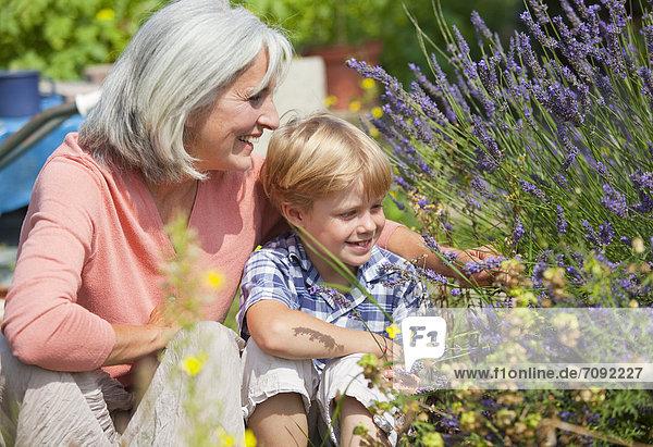 Reife Frau mit Junge im Garten