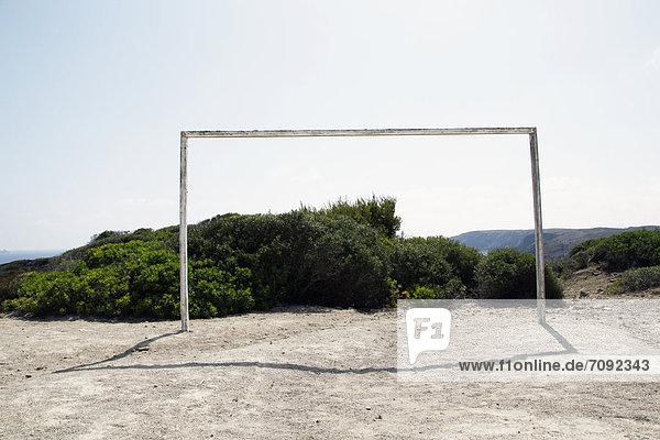 Spanien  Menorca  Blick auf Fußballplatz mit Torpfosten
