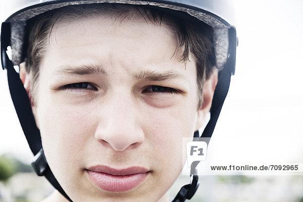 Frankreich  Teenager mit Helm  Nahaufnahme
