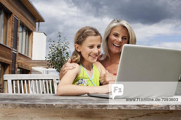 Deutschland  Bayern  Nürnberg  Großmutter und Enkelin mit Laptop