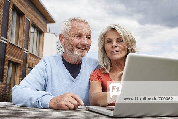 Deutschland  Bayern  Nürnberg  Seniorenpaar mit Laptop