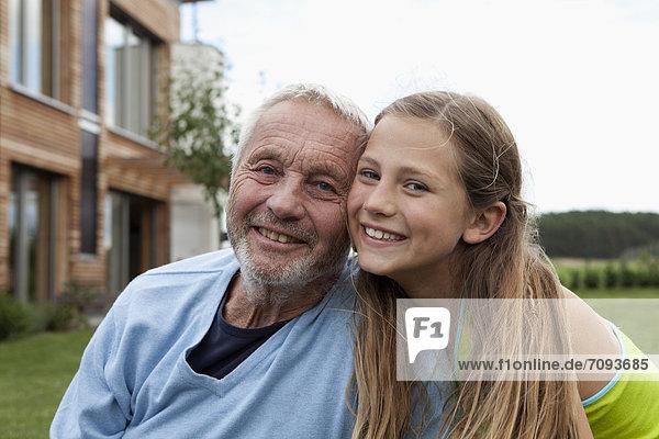 Deutschland  Bayern  Nürnberg  Großvater und Enkelin lächelnd  Portrait