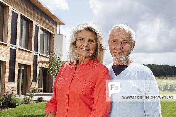 Deutschland  Bayern  Nürnberg  Seniorenpaar lächelnd  Portrait