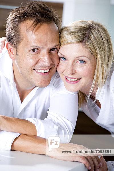 Deutschland  Mittleres erwachsenes Paar lächelnd  Nahaufnahme