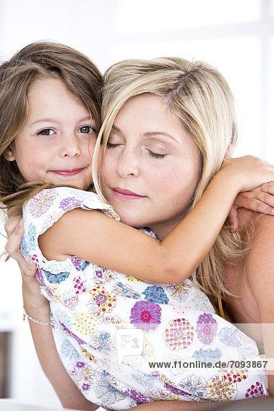 Deutschland  Mutter und Tochter umarmend