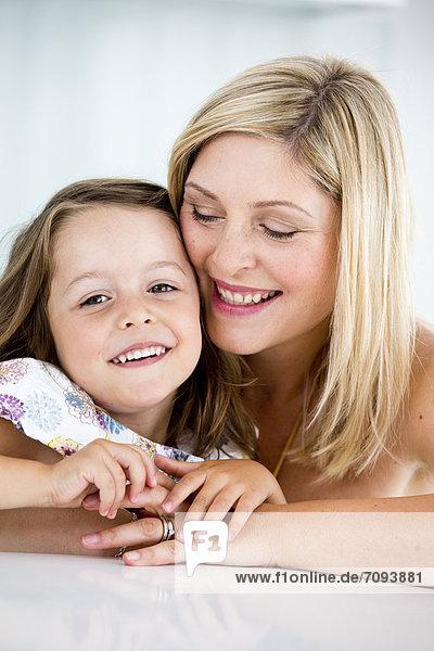 Deutschland  Mutter und Tochter lächeln  Nahaufnahme